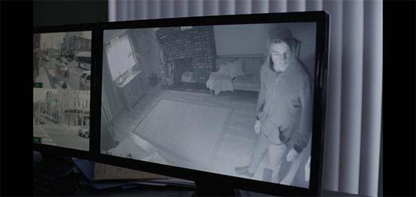 アパートに侵入するエリオット